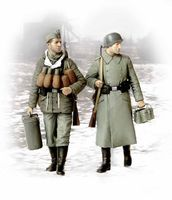 German soldiers in winter coats 1944/1945 (Supplies at last)